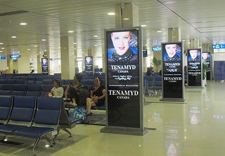 Quảng cáo standee tại sân bay
